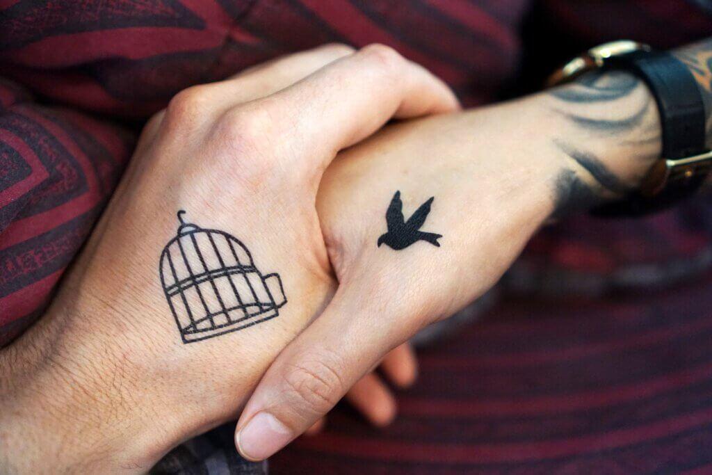 vogel käfig tattoo auf händen